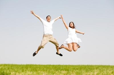 זוג קופץ באוויר - תמונה באדיבות freedigitalphotos