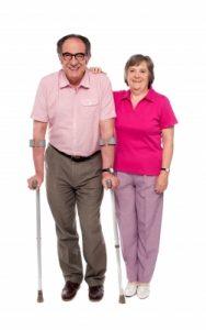 אשה וגבר מבוגר עם מקל הליכה תמונה: freedigitalphotos