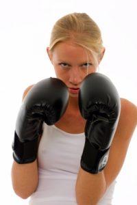 בחורה עם כפפות אגרוף - תמונה באדיבות freedigitalphotos