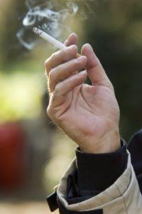 יד מחזיקה סיגריה תמונה: freedigitalphotos